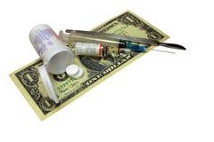 Pille, hypodermatisch, Messer, Einspritzung, Dollar lokalisiert auf weißem Hintergrund lizenzfreie stockfotografie