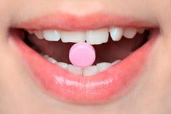 Pille im Mund Lizenzfreie Stockfotografie