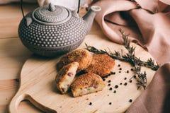 Pille von knusperigen selbst gemachten gebackenen Schnellimbisskartoffelnuggets mit Hühnergarnele und -käse Stockfotografie