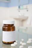 Pillen auf Badezimmerregal Stockbild