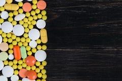 Pillen auf einem hölzernen Hintergrund Stockfoto