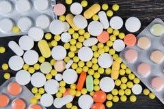 Pillen auf einem hölzernen Hintergrund Lizenzfreie Stockbilder