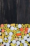 Pillen auf einem hölzernen Hintergrund Lizenzfreies Stockbild