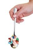 Pillen auf einem Löffel Lizenzfreie Stockbilder