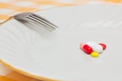 Pillen auf einer Platte lizenzfreies stockbild