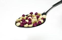 Pillen auf Löffel lizenzfreie stockbilder