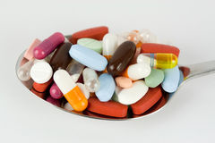 Pillen auf Löffel Stockbild