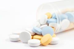 Pillen auf Weiß Stockfoto