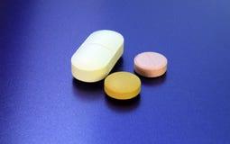 Pillen auf Weiß Stockfotografie