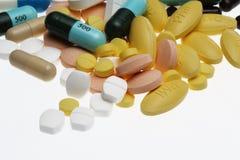Pillen auf weißem Hintergrund lizenzfreie stockbilder