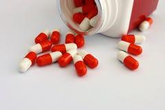 Pillen auf weißem Hintergrund lizenzfreies stockbild