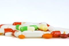 Pillen auf weißem Hintergrund Stockfotografie