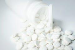 Pillen aus Flasche heraus stockfotos