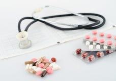Pillen, Blasen und ein Stethoskop Stockbild