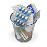 Pillen, capsules en geneesmiddelen in de geïsoleerde die vuilnisbak worden geworpen royalty-vrije illustratie