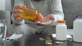 Pillen, capsules en thermometer op de lijst Mens die medicijn neemt stock video