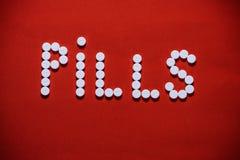 Pillen in de woord` PILLEN worden gevormd ` die Stock Afbeeldingen