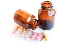 Pillen in den Blasen lokalisiert auf weißem Hintergrund Stockfoto