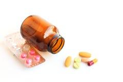 Pillen in den Blasen lokalisiert auf weißem Hintergrund Stockfotos