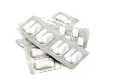 Pillen in den Blisterpackungen auf weißem Hintergrund Stockbild