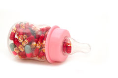 Pillen in der Babyflasche Stockbild