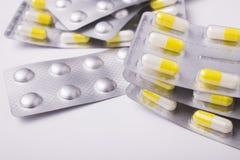 Pillen in der Blisterpackung auf weißem Hintergrund Lizenzfreie Stockbilder