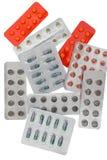 Pillen in der Blisterpackung lokalisiert auf Weiß Lizenzfreie Stockfotos