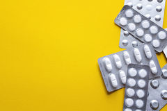 Pillen in der Blisterpackung mit Kopienraum auf einem gelben Hintergrund Lizenzfreies Stockfoto
