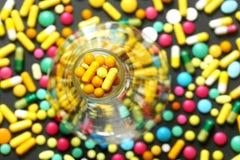 Pillen in der Flasche, mit Medikationen Stockfotografie