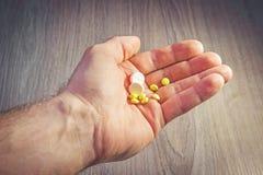 Pillen in der Mann ` s Handnahaufnahme Gesundheit und Medizin pharmaceuticals Nehmenpillen, Behandlung lizenzfreies stockbild