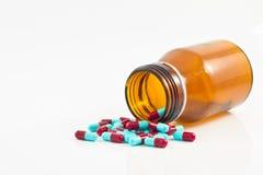 Pillen, die aus der braunen Flasche heraus gießen stockfoto