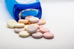 Pillen, die aus der Flasche heraus verschüttet werden stockfotos
