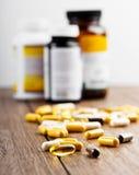 Pillen, die aus einem Glas heraus verschüttet werden Lizenzfreies Stockbild