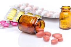 Pillen, die aus Pilleflasche heraus verschüttet werden Lizenzfreie Stockfotografie