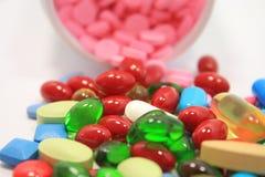 Pillen, die aus Pilleflasche heraus verschüttet werden stockbild