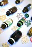 Pillen, die Flaschen überlaufen lizenzfreie stockfotos