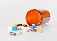 Pillen, die heraus gießen Lizenzfreies Stockbild