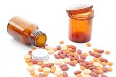 Pillen, die heraus von den Flaschen verschüttet werden Stockfotografie