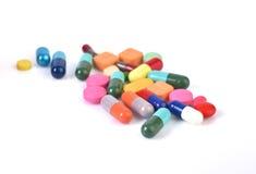 Pillen die op witte achtergrond worden geïsoleerd Stock Afbeelding
