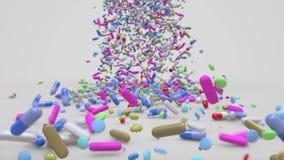 Pillen, die in Richtung zur Kamera fallen und aufprallen stock video