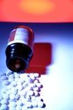 pillen die van fles morsen Stock Fotografie