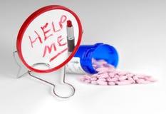Pillen door Hulp me die op Spiegel wordt geschreven Royalty-vrije Stock Foto's