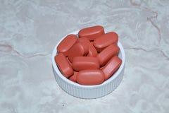 Pillen in een deksel royalty-vrije stock afbeeldingen