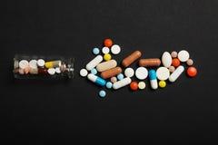 Pillen en drugsverslaving Medische kleurrijke capsules stock afbeelding