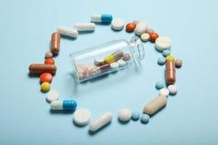 Pillen en drugsverslaving Medische kleurrijke capsules stock afbeeldingen