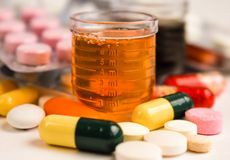 Pillen en fles op witte achtergrond stock foto's