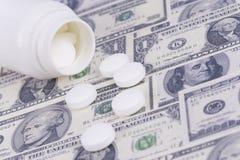 Pillen en geld Royalty-vrije Stock Fotografie