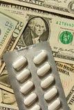 Pillen en geld Stock Foto's