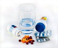 Pillen en Glas Water royalty-vrije stock afbeelding