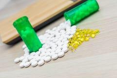 Pillen en groene flessen stock foto's